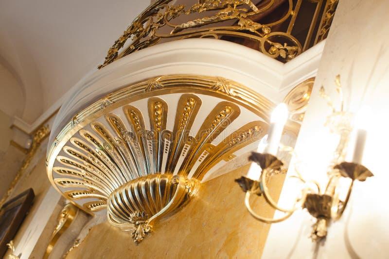Der Balkon, der mit Gold intern ist, versorgen mit dem dekorativen Goldstuck lizenzfreie stockbilder