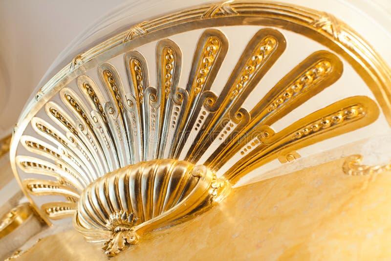 Der Balkon, der mit Gold intern ist, versorgen mit dem dekorativen Goldstuck stockfotografie