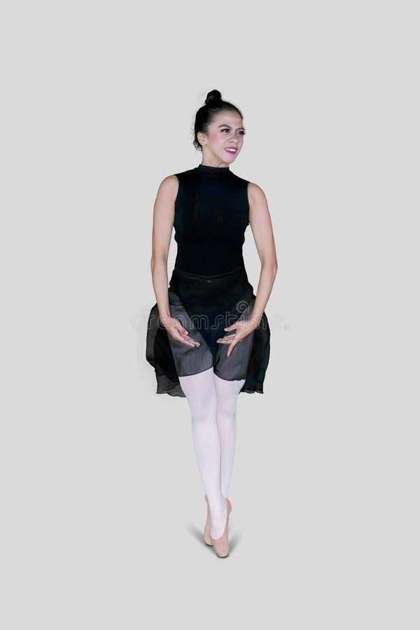 Der Balletttänzer, der Wegübungen mit tut, gehen Haltungen auf den Zehen lizenzfreie stockfotografie