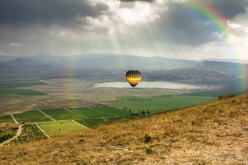 Der Ballon fliegt über das Tal nahe dem Dorf von Kokteb lizenzfreie stockbilder