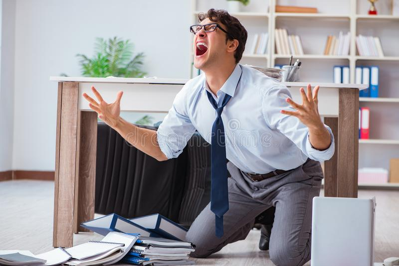 Der bankrotte Geschäftsmann verärgert im Büroboden stockbild