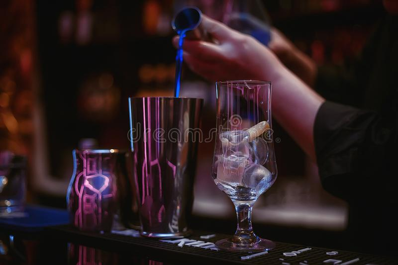 Der Barmixer macht Cocktail ` blaues Lagune ` 02 lizenzfreie stockbilder