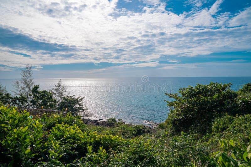 Der Baum ist Vordergrund vor Meerblick und horizontaler Linie mit offenem klarem Himmel und Wolke Dieser Platz ist Koh Kood Thail stockbild