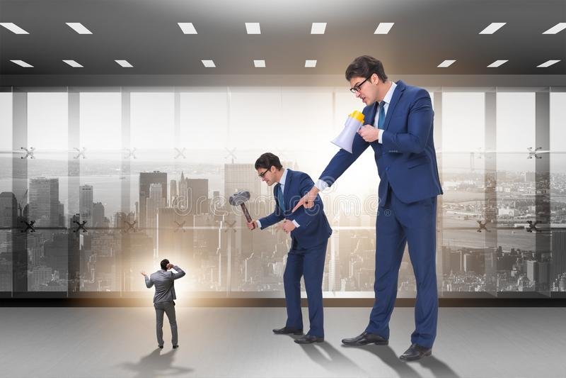 Der bedrängende Angestellte des schlechten verärgerten Chefs im Geschäftskonzept lizenzfreie stockbilder