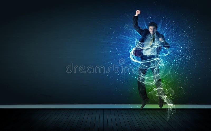 Der begabte nette Geschäftsmann, der mit glühender Energie springt, zeichnet lizenzfreie stockfotografie