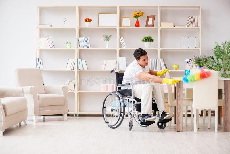 Der behinderte Reiniger, der zu Hause Aufgaben tut stockbild