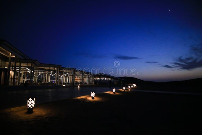 Der Beleuchtungsbau unter dem Himmel mit Mond lizenzfreie stockfotos