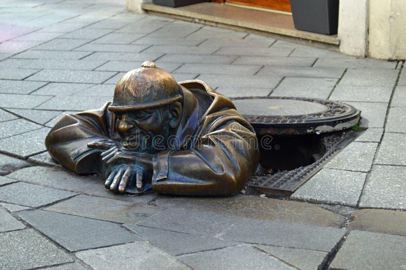 Der Beobachter - Mann an der Arbeits-Statue Bratislava lizenzfreie stockfotos