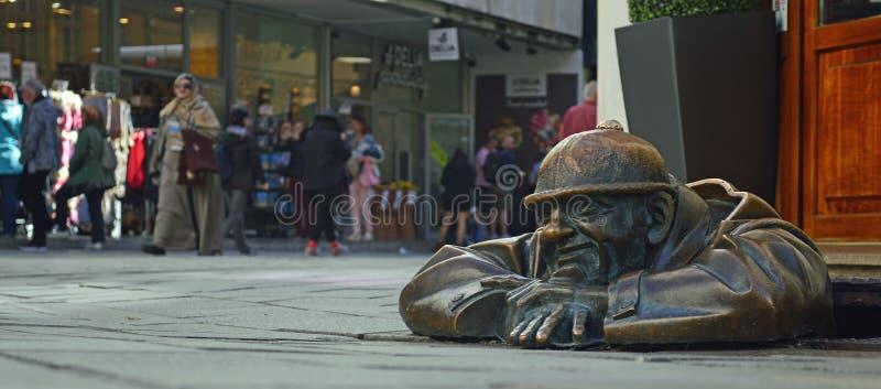 Der Beobachter - Mann an der Arbeits-Statue Bratislava 2 stockbilder