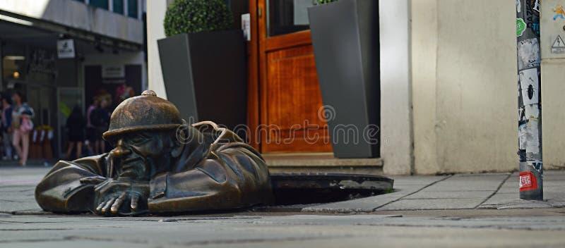 Der Beobachter - Mann an der Arbeits-Statue Bratislava 5 lizenzfreie stockbilder