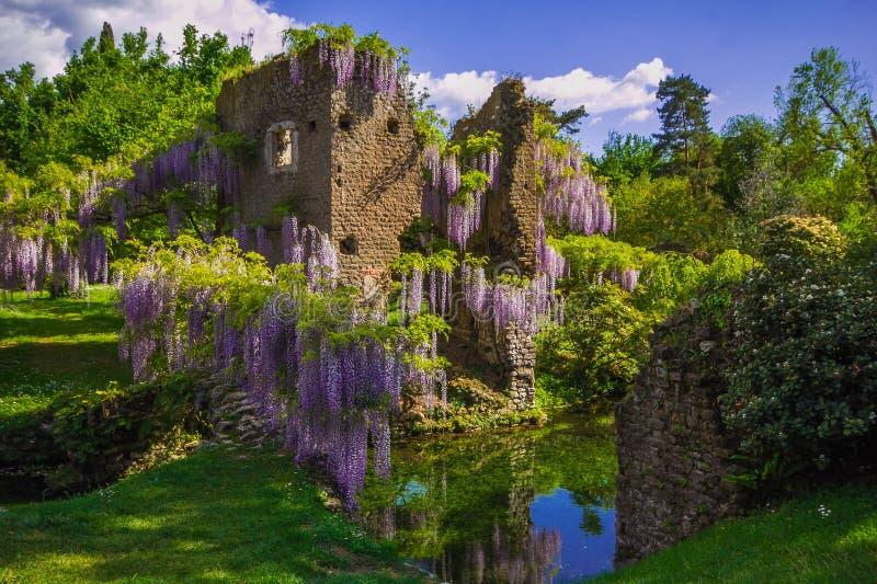 Der berühmte Garten von Ninfa im Frühjahr lizenzfreies stockfoto