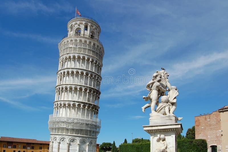 Der berühmte lehnende Kontrollturm und die Skulptur von Engeln lizenzfreie stockfotografie