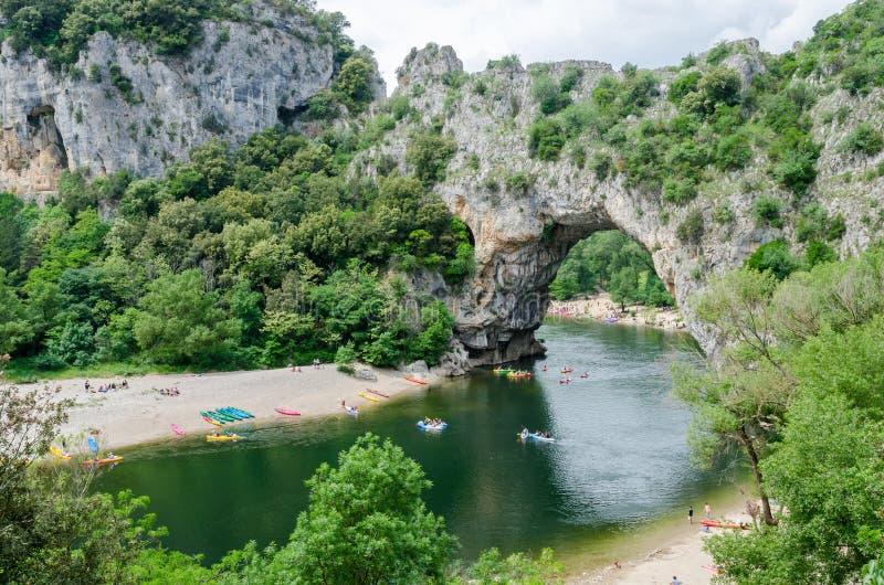 Der berühmte ` Pont d Bogen in Frankreich stockbilder