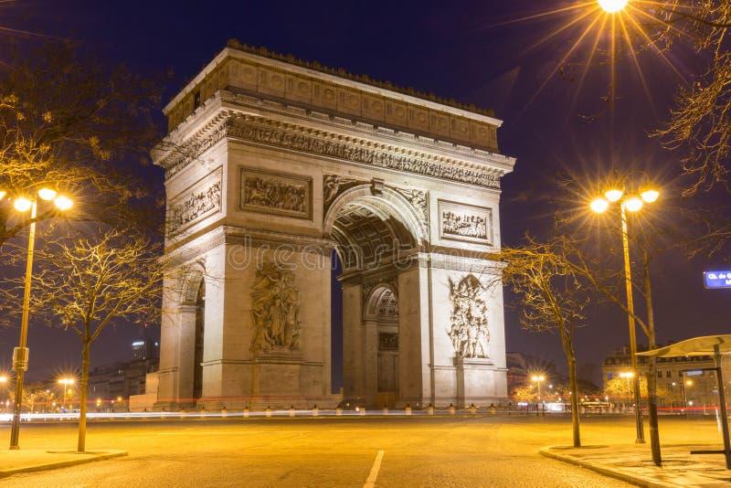 Der berühmte Triumphbogen nachts, Paris, Frankreich lizenzfreie stockfotos