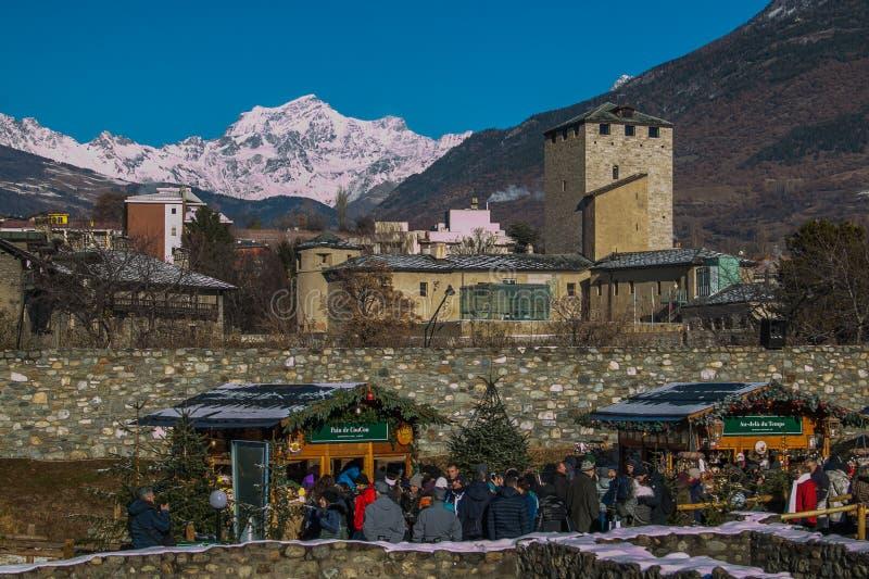 Der berühmte Weihnachtsmarkt im Theater von Aosta stockbild