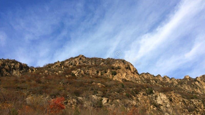 Der Berg am Fuß der Jinshanlings-Chinesischen Mauer stockbild