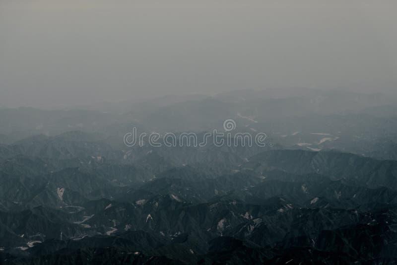 Der Bergblick vom Flugzeugfenster stockfotografie