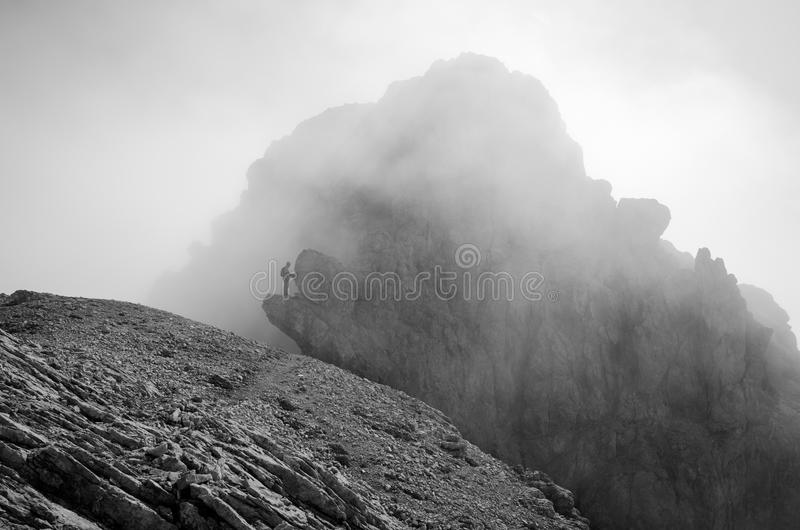 Der Bergsteiger auf Panorama über Ferrata-Weg in den Lienz-Dolomit, Österreich lizenzfreie stockbilder