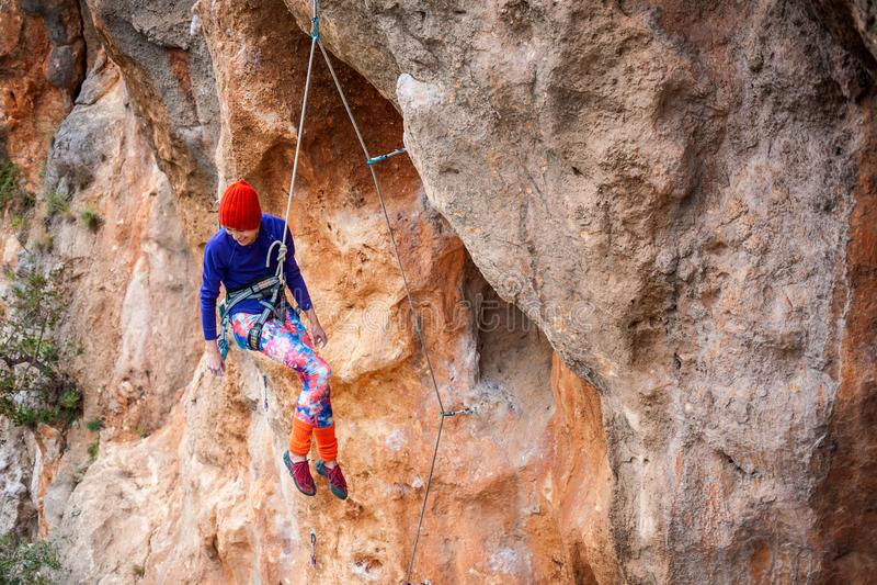 Der Bergsteiger hängt an einem Seil lizenzfreie stockbilder