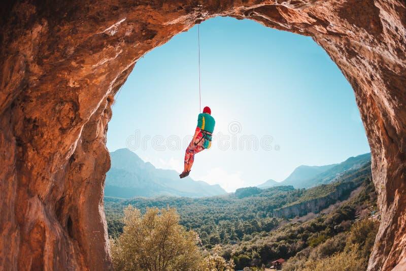 Der Bergsteiger hängt an einem Seil lizenzfreies stockfoto