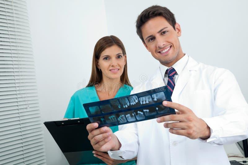 Der Bericht Patienten Doktor-And Assistant With lizenzfreie stockfotos
