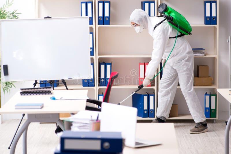 Der Berufsauftragnehmer, der Schädlingsbekämpfung im Büro tut stockfoto