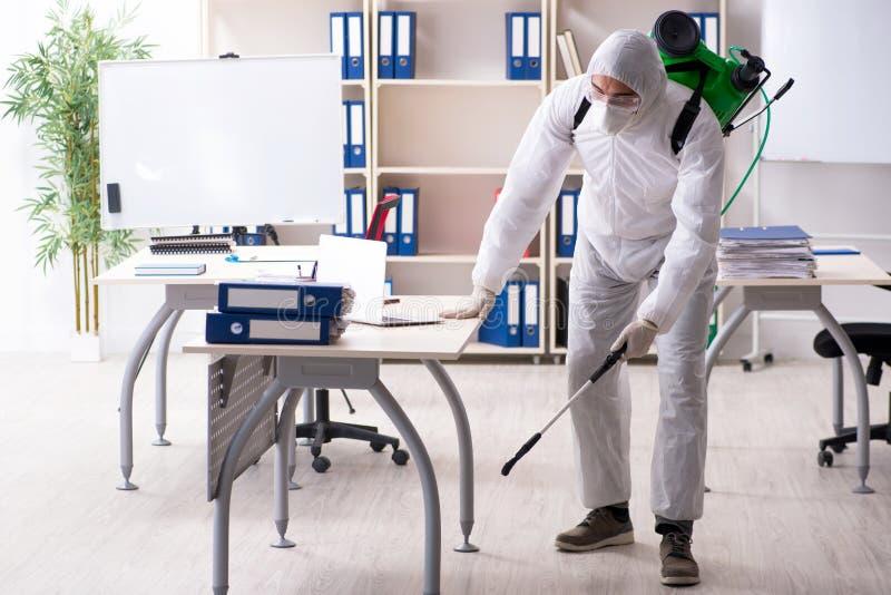 Der Berufsauftragnehmer, der Schädlingsbekämpfung im Büro tut lizenzfreie stockfotos