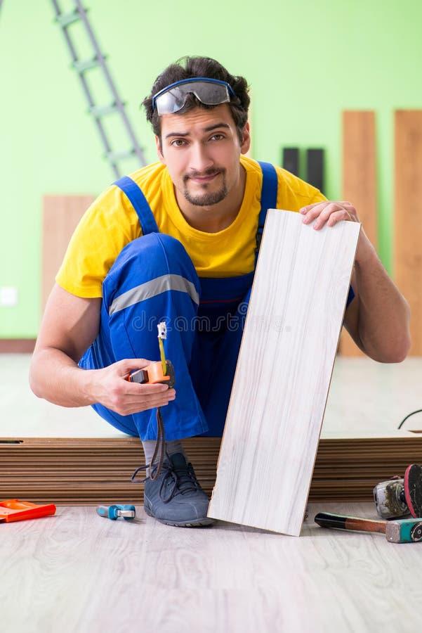 Der Berufsauftragnehmer, der zu Hause ausbreiten legt lizenzfreie stockfotos