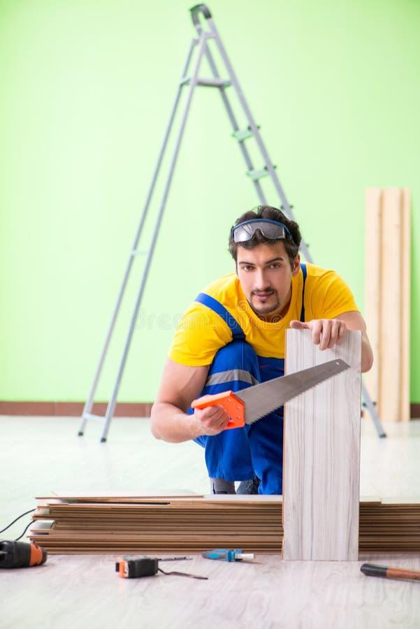 Der Berufsauftragnehmer, der zu Hause ausbreiten legt lizenzfreies stockbild