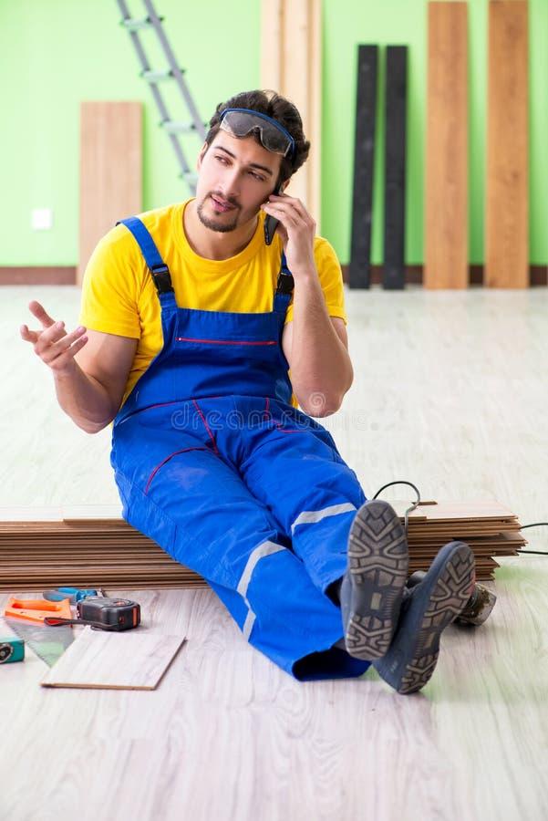 Der Berufsauftragnehmer, der zu Hause ausbreiten legt stockbild