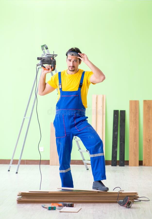 Der Berufsauftragnehmer, der zu Hause ausbreiten legt lizenzfreies stockfoto
