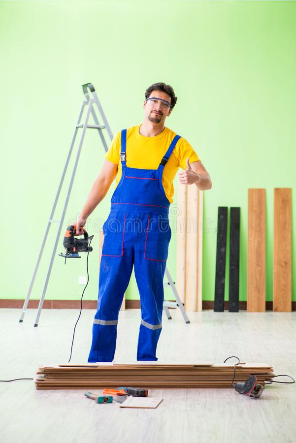 Der Berufsauftragnehmer, der zu Hause ausbreiten legt stockbilder