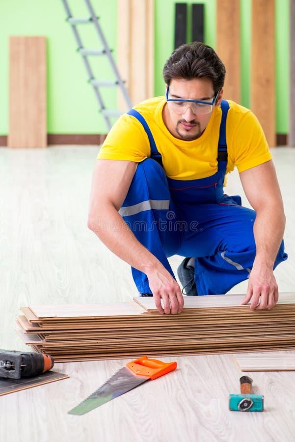 Der Berufsauftragnehmer, der zu Hause ausbreiten legt stockfotos