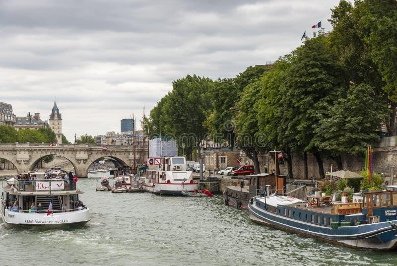 Der beschäftigte Fluss die Seine - Paris - Frankreich stockfotografie
