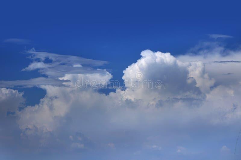 Der beträchtliche blaue Himmel und Wolkenhimmel stockfotos