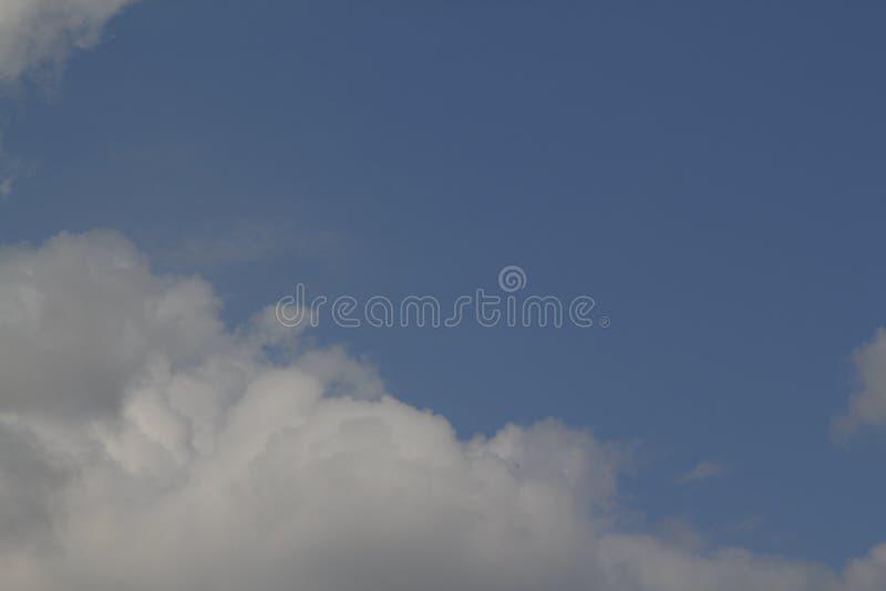 Der betr?chtliche blaue Himmel und Wolkenhimmel Hintergrund des blauen Himmels mit kleinen Wolken lizenzfreie stockfotos