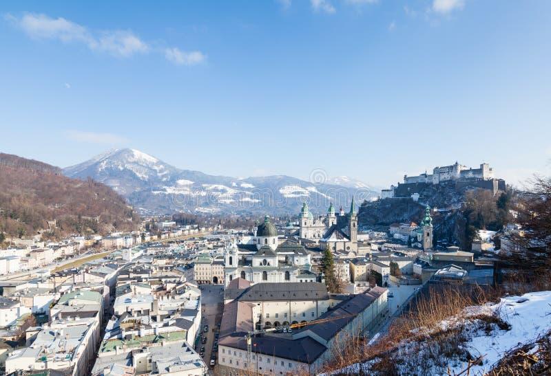 Der Blick über die Salzburger Altstadt in Österreich lizenzfreie stockfotos