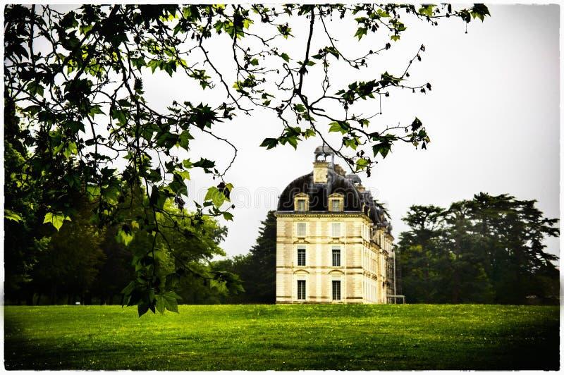 Der Blick auf das Schloss Cheverny, das Tal von Loire, Frankreich Die Aussicht von weitem durch die Äste stockfoto