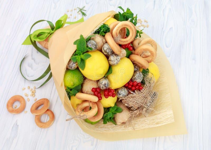 Der Blumenstrauß, der aus Honig bestehen, ein Bündel Bagel, tadellose Blätter, Zitronen, Kalk, Ingwer und rote Johannisbeere als  stockbilder