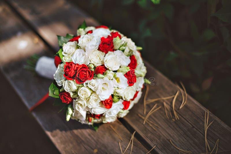 Der Blumenstrauß der Braut auf dem Baum stockbilder