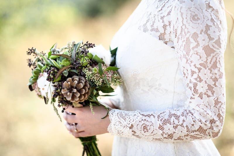 Der Blumenstrauß der Braut von den Kegeln und von der Baumwolle stockfotos