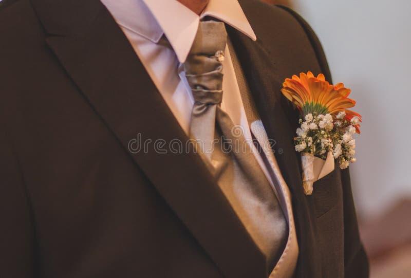 Der Blumenstrauß des Bräutigams mit Bindung lizenzfreies stockbild