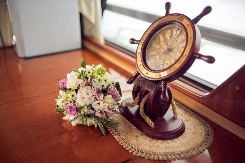 Der Blumenstrauß und das Lenkrad der Braut stockfotografie