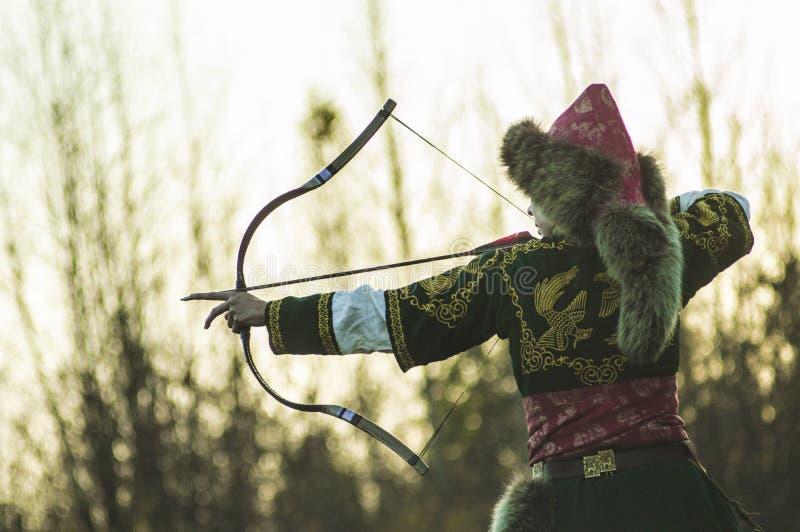 Der Bogenschütze visiert den Feind an lizenzfreies stockbild