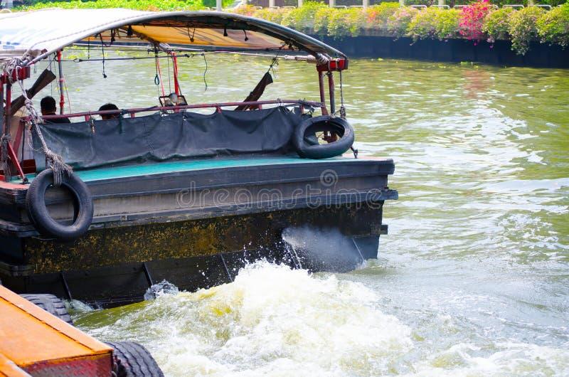 Der Bootsservice Khlong Saen Saep, das Bild zeigt eine Rückseite des allgemeinen Bootes, wenn er die Maschine anläßt und den Pier stockfoto