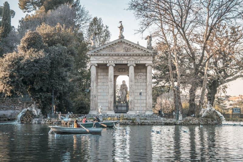Der Borghese See mit einer romantischen Bootsreise stockfotografie