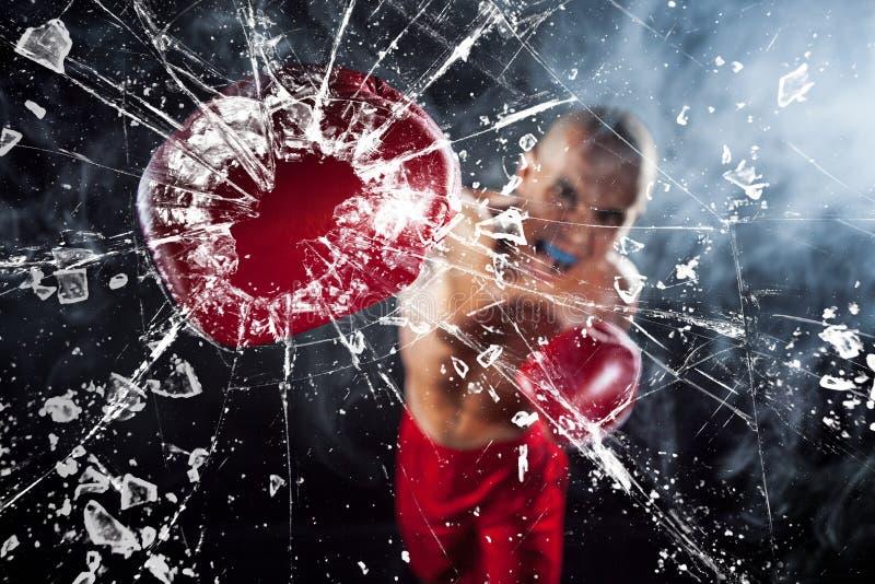 Der Boxer, der ein Glas zerquetscht stockbild