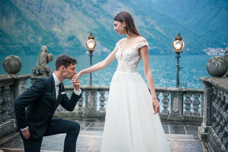 Der Bräutigam bietet Heirat an stockfotografie
