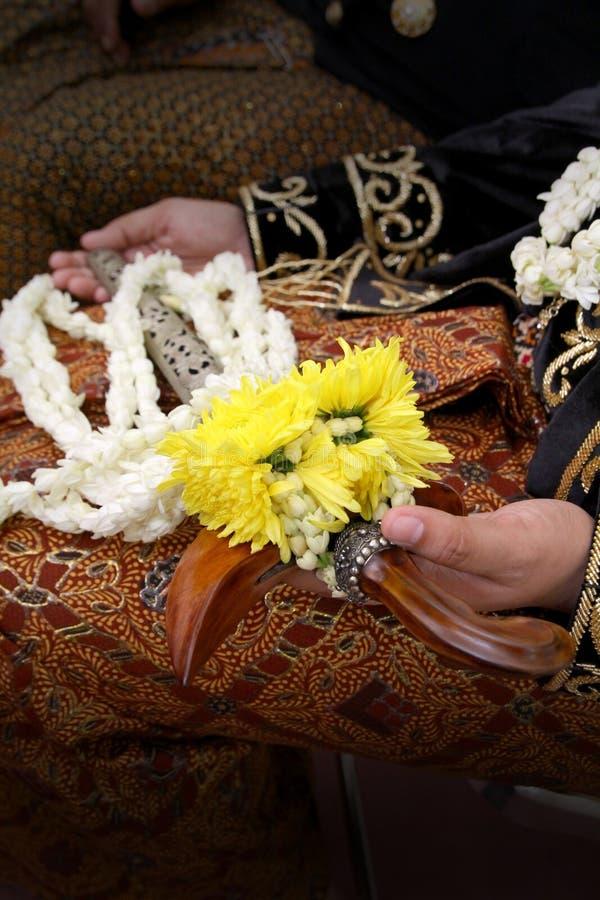 Der Bräutigam Sitting mit Kriss auf der Hand stockfotos