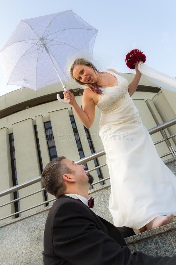 Der Bräutigam und die Braut wirft glücklich auf stockbild